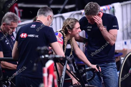 Laura Kenny talks with Stephen Park following her crash in the Omnium Scratch Race.