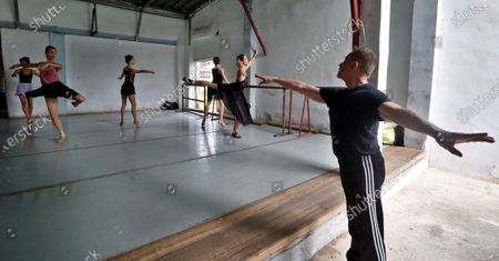 Richard Dickinson (R), associate artistic director of the Verb Ballets of Cleveland (USA), offers a class to dancers of the Havana company ProDanza, in Havana, Cuba 25 February 2020 (issued 28 February). The Romeo and Juliet performance was rehearsed initialy separately in Cleveland and Havana. The performances begin this Friday at the National Theater of Cuba and will end next Sunday.