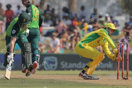 Australian wicketkeeper Alex Carey attempts a runout of South African batsman David Miller during the ODI cricket match between South Africa and Australia in Paarl, South Africa