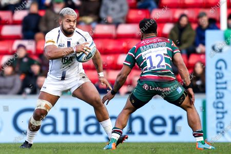 Ollie Lawrence of Worcester Warriors takes on Kyle Eastmond of Leicester Tigers