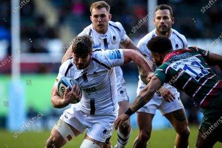 Sam Lewis of Worcester Warriors takes on Kyle Eastmond of Leicester Tigers