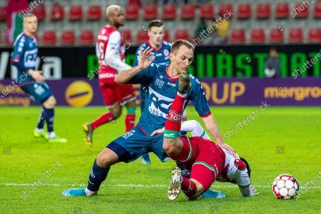 Kortrijk's Yevhenii Makarenko and Essevee's Sandy Walsh fight for the ball during a soccer match between SV Zulte Waregem and KV Kortrijk