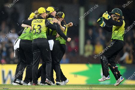 Alyssa Healy (R) of Australia celebrates with teammates following their win over South Africa during the Women's T20 World Cup semi-final match between Australia and South Africa at the Sydney Cricket Ground (SCG) in Sydney, Australia, 05 March 2020.