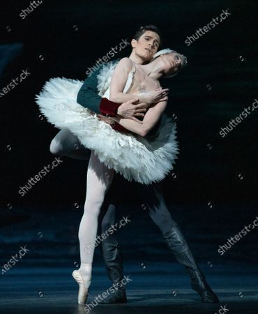 Lauren Cuthbertson as Odette, William Brecwell as Prince Siegfried