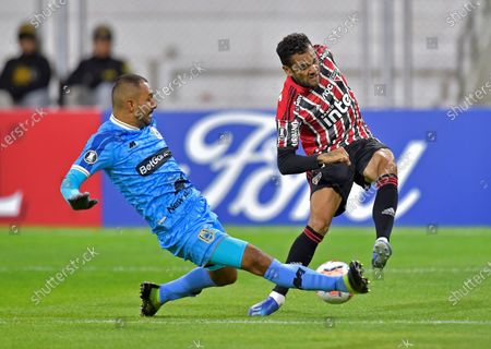 Eder Fernandez (L) of Binacional in action against Dani Alves (R) of Sao Paulo during the Copa Libertadores group D soccer match between Binacional and Sao Paulo, at the Guillermo Briceno Rosamedina Stadium in Julica, Peru, 05 March 2020.