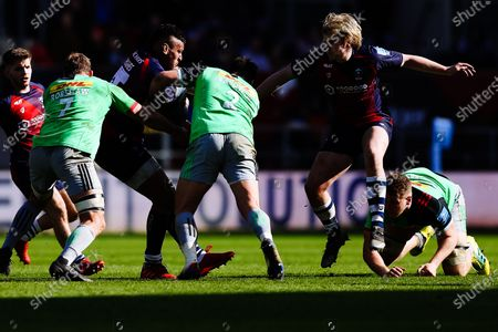 Nathan Hughes of Bristol Bears is tackled by Chris Robshaw and Scott Baldwin of Harlequins