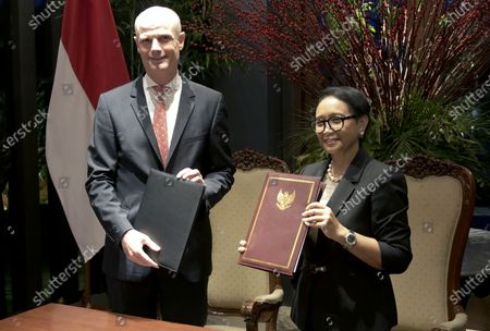 Indonesia's Foreign Minister Retno Marsudi  (R) is accompanied by her Dutch counterpart Stef Blok (L) as they show the documents of their agreement to journalists shortly after a signing ceremony in Jakarta, Indonesia, 09 March 2010. Blok is in Jakarta as part of the  Dutch King Willem-Alexander and Queen Maxima's five-day state visit to Indonesia.
