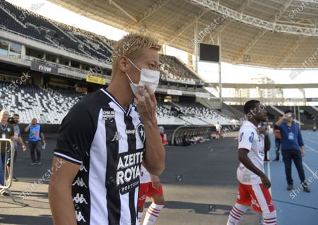 Keisuke Honda from the Botafogo team, enters the field wearing a mask to remember the importance of preventing coronavirus (covid-19)