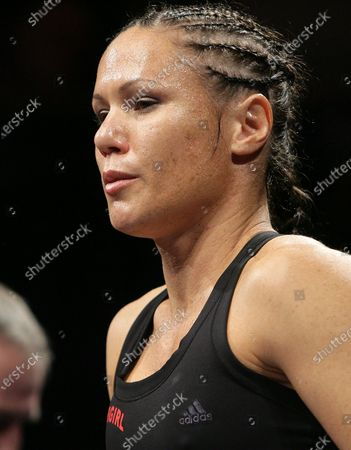 Laura Saperstein (Tottenham, black/red) defeats Olga Varchenko (Ukraine, blue/white) in a Light-Welterweight contest at York Hall, Bethnal Green, promoted by Frank Maloney