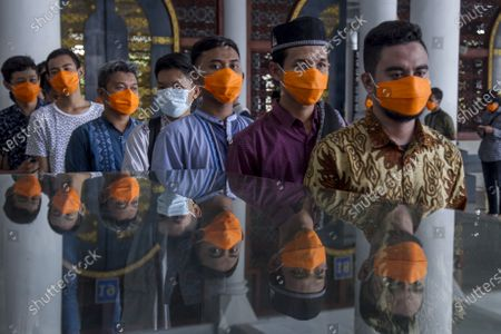 Indonesian Muslims wear masks as they queue to attend Friday Prayers amid the coronavirus pandemic, at a mosque in Surabaya, East Java, Indonesia, 20 March 2020. According to media reports, Indonesia has confirmed over 300 cases of SARS-CoV-2 coronavirus since the outbreak began, with 271 being treated, and 25 people dead from COVID-19.