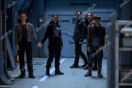 Mina Sundwall as Penny Robinson, Taylor Russell as Judy Robinson, Toby Stephens as John Robinson, Molly Parker as Maureen Robinson and Maxwell Jenkins as Will Robinson