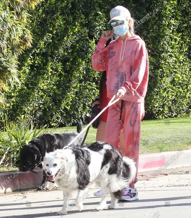 Laeticia Hallyday taking some fresh air protected with masks in Pacific Palisades