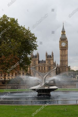 Stock Image of The Revolving Torsion Fountain by constructivist sculptor Naum Gabo in the Hospital Garden at Guy's and St Thomas' NHS Hospital, Westminster with views across to the House of Commons and Big Ben
