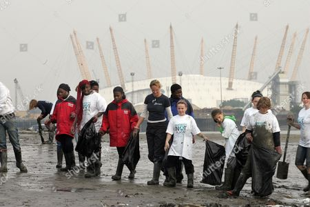 George Green School Isle Of Dogs And Abbey Wood School Greenwich Together With Tv Personality Of Vets In Practice Emma Milne Clear Rubbish From The River Thames Shoreline Organised By He International Fund For Animal Welfare ( Ifaw ) Picture By Glenn Copus