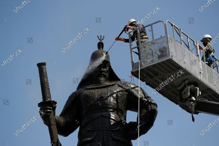 Stock Image of Worker cleans a statue for a spring cleaning in downtown Seoul, South Korea, . The statue is of Adm. Yi Sun-shin, the national hero who won a major naval victory over Japan in the 16th century