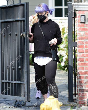 Kelly Osbourne wears a face mask