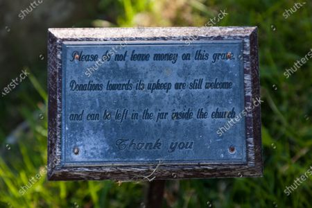A message on the grave of Last of the Summer Wine actor Bill Owen, asking fans not to leave money on his grave .