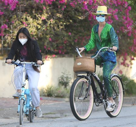 Laeticia Hallyday riding her bike with her children in Pacific Palisades