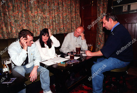 Evening Standard Pub Quiz Between Teams From The Albion And The Ship Pubs In Rotherhithe. L-r: Jason Broughton Sally Murphy Alan Bennett & Ken Temple Of The Losing Team From The Albion.