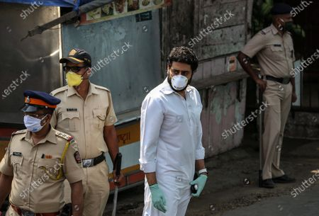 Bollywood actor Abhishek Bachchan arrives to attend the funeral of late veteran actor Rishi Kapoor, in Mumbai, India, 30 April 2020. According to media reports, Kapoor died at a hospital in Mumbai on 30 April. He was diagnosed with cancer in 2018. The news broke just one day after another Bollywood actor, Irrfan Khan, had passed away.