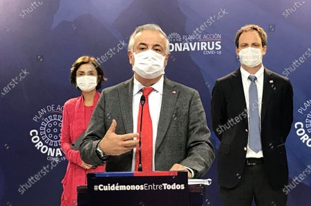 (200417) -- SANTIAGO, April 17, 2020 (Xinhua) -- Chile's Health Minister Jaime Manalich (C) speaks during a press conference on the COVID-19 pandemic in Santiago, Chile, April 16, 2020.   Chile has taken stringent measures to contain the virus, including imposing a night time curfew, suspending classes, closing non-essential businesses, and mandating the use of face masks on all public transit. (Chile's Ministry of Health/Handout via Xinhua)