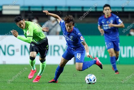 Lee Yong of Jeonbuk Hyundai competes for the ball with Hong Chul of Suwon Samsung during the South Korea's K-League opening game between Jeonbuk Hyundai Motors FC and Suwon Samsung Bluewings without spectators due to COVID-19 in Jeonju World Cup Stadium in Jeonju, South Korea on May 8, 2020. South Korea reported 12 new COVID-19 confirmed cases.