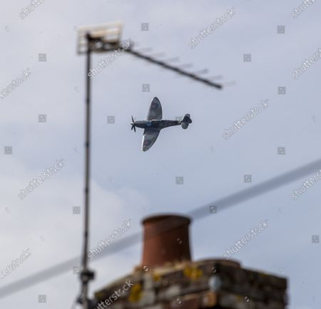 Stock Photo of Dennis Hanigan was in the RAF during WWII and served as a leading aircraftsman. He today watched a spitfire fly over his house in Horton Kirby, Kent, along with his wife Joan, son Brian, and daughter in law Julia, and his grandchildren and great grand children.