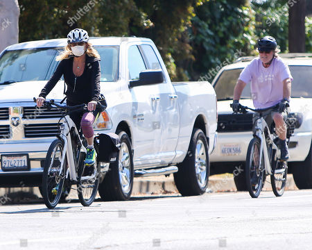 Goldie Hawn and Kurt Russell cycling