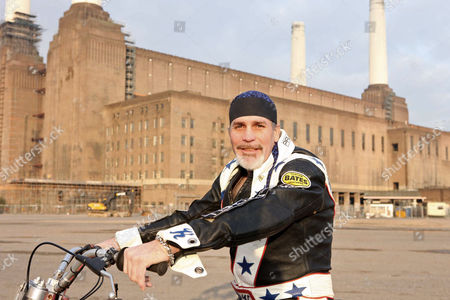 Robbie Knievel in front of Battersea Power Station