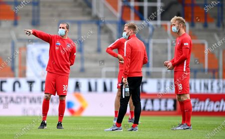 Norman Theuerkauf (L) of Heidenheim talks to his teammates before the Second Bundesliga soccer match between VfL Bochum 1848 and 1. FC Heidenheim 1846 at Vonovia Ruhrstadion in Bochum, Germany, 16 May 2020. The Bundesliga and Second Bundesliga are the first professional leagues to resume the season after the nationwide lockdown due to the ongoing Coronavirus (COVID-19) pandemic. All matches until the end of the season will be played behind closed doors.
