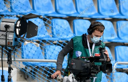 : A tv camera man is seen before the German Bundesliga Second Division soccer match between VfL Bochum 1848 and 1. FC Heidenheim 1846 at Vonovia Ruhrstadion in Bochum, Germany, 16 May 2020. The Bundesliga and Second Bundesliga are the first professional leagues to resume the season after the nationwide lockdown due to the ongoing Coronavirus (COVID-19) pandemic. All matches until the end of the season will be played behind closed doors.