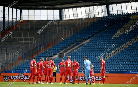 Heidenheim players before the German Bundesliga Second Division soccer match between VfL Bochum 1848 and 1. FC Heidenheim 1846 at Vonovia Ruhrstadion in Bochum, Germany, 16 May 2020. The Bundesliga and Second Bundesliga are the first professional leagues to resume the season after the nationwide lockdown due to the ongoing Coronavirus (COVID-19) pandemic. All matches until the end of the season will be played behind closed doors.