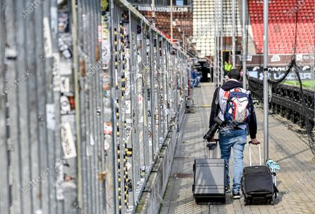 A photographer arrives at the stadium prior to the German Bundesliga second division soccer match between FC St. Pauli and 1. FC Nuremberg in Hamburg, Germany, 17 May 2020. The Bundesliga and Second Bundesliga is the first professional league to resume the season after the nationwide lockdown due to the ongoing Coronavirus (COVID-19) pandemic. All matches until the end of the season will be played behind closed doors.
