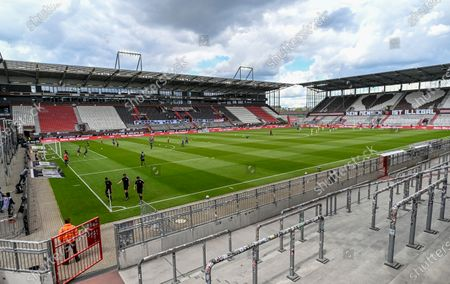 Players warm up prior to the German Bundesliga second division soccer match between FC St. Pauli and 1. FC Nuremberg in Hamburg, Germany, 17 May 2020. The Bundesliga and Second Bundesliga is the first professional league to resume the season after the nationwide lockdown due to the ongoing Coronavirus (COVID-19) pandemic. All matches until the end of the season will be played behind closed doors.