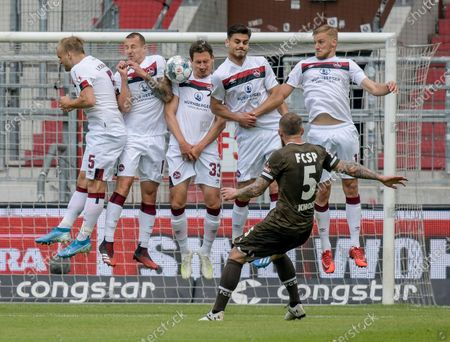 St. Pauli's Marvin Knoll performs a free kick during the German Bundesliga second division soccer match between FC St. Pauli and 1. FC Nuremberg in Hamburg, Germany, 17 May 2020. The Bundesliga and Second Bundesliga is the first professional league to resume the season after the nationwide lockdown due to the ongoing Coronavirus (COVID-19) pandemic. All matches until the end of the season will be played behind closed doors.