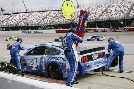 Kevin Harvick (4) makes a pit stop during the NASCAR Cup Series auto race, in Darlington, S.C