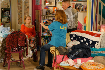 Ep 10064 Wednesday 20th May 2020 With the help of Sean Tully, as played by Antony Cotton, and Cathy Matthews, as played by Melanie Hill, Gemma Winter, as played by Dolly-Rose Campbell, records her first vlog, slamming the Freshco ad campaign for creating a dream world not possible to achieve.