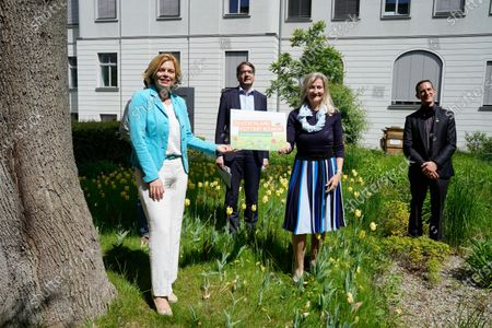 Julia Kloeckner, Federal Minister of Food and Agriculture, Dr. Jens Pistorius, head of the Institute for Bee Protection, Martina Mensing-Meckelburg and Udo Hemmerling
