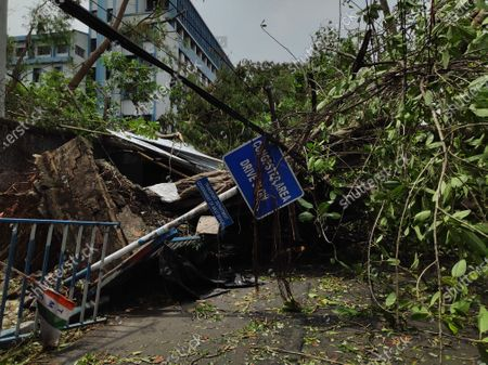 The Cyclone Amphan has been very devastating that leaves  tough time for entire Bengal, roads have been closed due to falling trees.