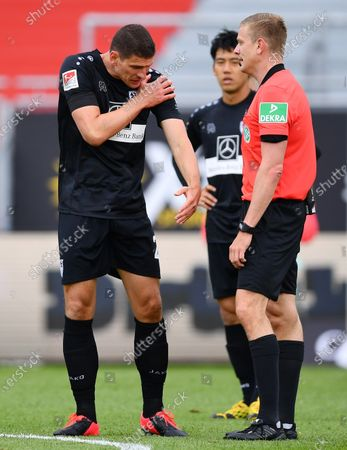 Mario Gomez of Stuttgart discusses with referee Robert Schroeder after Emmanuel Iyoha of Kiel scored his team's first goal during the Second Bundesliga match between Holstein Kiel and VfB Stuttgart at Holstein-Stadion in Kiel, Germany, 24 May 2020.