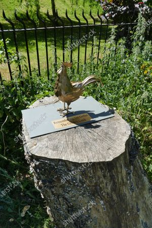 """A new statue has appeared in Sonning dedicated to former resident Uri Geller.Five years on from the saga of the original statue by the Thames, a new """"Golden Cock"""" has appeared by the river side.It says: """"Remembering Uri Geller. The Golden Cock."""" The famous illusionist and self-proclaimed psychic, best known for bending spoons, lived for three decades at a house in Thames Street before moving back to Israel in 2015. As a parting gift to the village, in October 2015 Mr Geller decided to place a statue by the River Thames, opposite George Clooney's home. This caused a massive row in the affluent village, with people living there not taking too kindly to the artwork."""