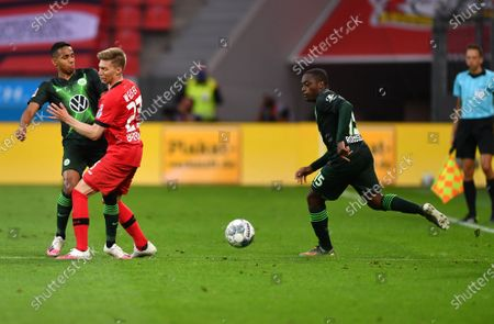 Mitchell Weiser (C) of Leverkusen in action against Wolfsburg players Joao Victor (L) and Jerome Roussillon (R) during the German Bundesliga soccer match between Bayer Leverkusen and VfL WColfsburg in Leverkusen, Germany, 26 May 2020.