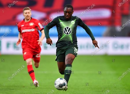 Mitchell Weiser (L) of Leverkusen in action against Jerome Roussillon (R) of Wolfsburg during the German Bundesliga soccer match between Bayer Leverkusen and VfL Wolfsburg in Leverkusen, Germany, 26 May 2020.