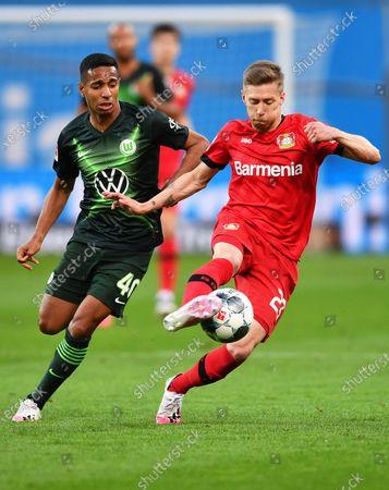 Mitchell Weiser (R) of Leverkusen in action against Joao Victor (L) of Wolfsburg during the German Bundesliga soccer match between Bayer Leverkusen and VfL Wolfsburg in Leverkusen, Germany, 26 May 2020.