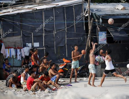 Filipinos view a basketball game during a coronavirus pandemic at a slum area in Manila, Philippines, 27 May 2020 (issued on 29 May 2020). On the way to the longest confinement worldwide due to COVID-19 pandemic, Manila reaches 76 days in strict quarantine, a mark so far only reached by the Chinese city of Wuhan - epicenter of the outbreak -, an excessive confinement that has proven to be alone ineffective to curb coronavirus.