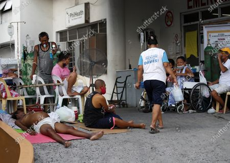 Filipino patients wait for medical attention outside an over crowded hospital during a coronavirus pandemic at a slum area in Manila, Philippines, 27 May 2020 (issued on 29 May 2020). On the way to the longest confinement worldwide due to COVID-19 pandemic, Manila reaches 76 days in strict quarantine, a mark so far only reached by the Chinese city of Wuhan - epicenter of the outbreak -, an excessive confinement that has proven to be alone ineffective to curb coronavirus.