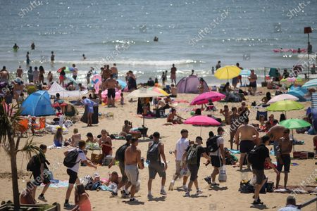 "Photo taken on May 30, 2020 shows people arriving at Bournemouth Beach in Bournemouth, Britain. British Prime Minister Boris Johnson on Thursday unveiled some ""limited"" and ""cautious"" easing of the country's coronavirus lockdown measures."