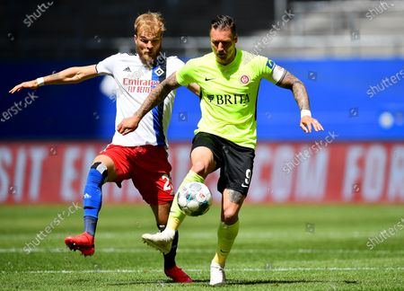 Timo Letschert (L) of Hamburg challenges Manuel Schaeffler of Wehen Wiesbaden during the  German Bundesliga second division soccer match between Hamburger SV and SV Wehen Wiesbaden in Hamburg, Germany, 31 May 2020.