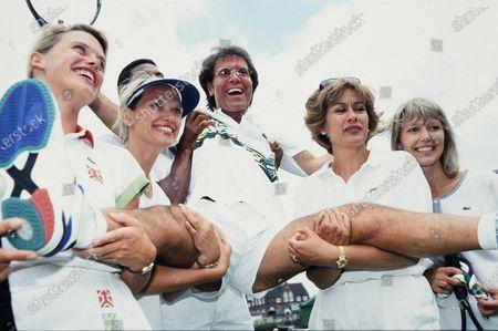 Anna Walker, Anneka Rice, Sir Cliff Richard, Dame Kiri Te Kanawa and Tessa Wyatt 1994