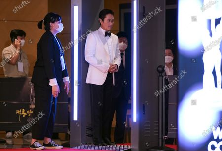 Stock Photo of Lee Byung-hun checks the temperature after the photo call for the 2020 Daejong Film Award